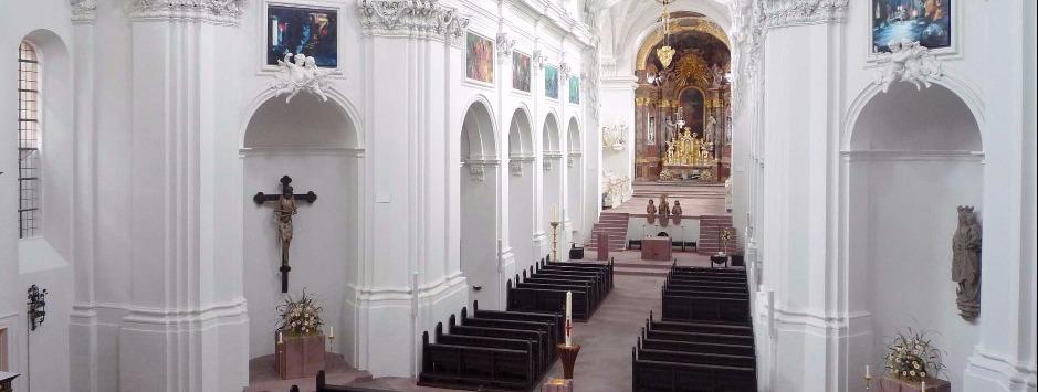Header foto in witte kerk
