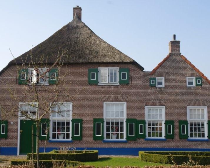 Staphorst: snijvoeg, gevel reiniging en voegwerk verwijderd